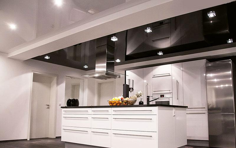 Spannende Ideen für die Raumdecke: In Kombination mit integrierten Beleuchtungselementen bringen Spanndecken einen individuellen Look in den Wohnbereich oder die Küche.